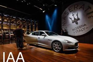 Besucher schauen sich den neuen Ghibli von Maserati an tbd
