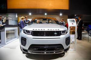 Besucher schauen sich Range Rover Evoque Cabriolet von Land Rover bei der IAA 2017 an