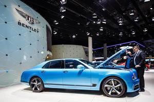 Besucher schaut sich das Modell Flying Spur von Bentley an