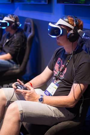 Besucher spielen Ace Combat 7 Skies Unknown