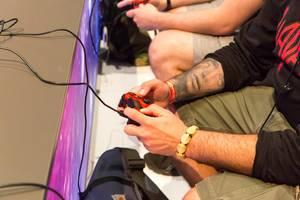 Besucher spielen auf der PS4 - Gamescom 2017, Köln