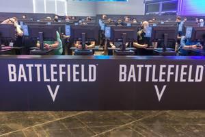 Besucher spielen Battlefield V auf der Gamescom
