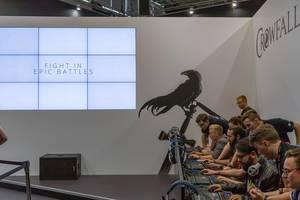 Besucher spielen Crowfall auf der Gamescom