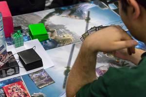 Besucher spielen das Final Fantasy Sammelkartenspiel