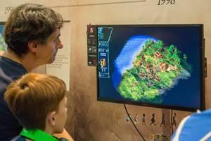 Besucher spielen Die Siedler III auf der Gamescom 2018