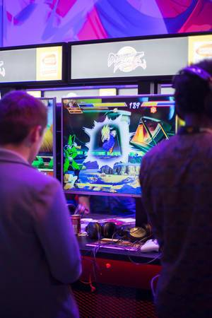 Besucher spielen Dragon Ball Fighter Z