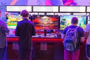 Besucher spielen Dragonball Fighter Z - Gamescom 2017, Köln