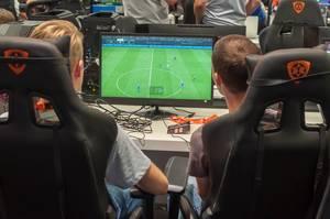Besucher spielen FIFA auf einem HP Omen Gaming-PC