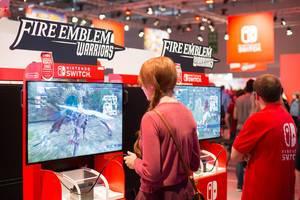 Besucher spielen Fire Emblem Warriors auf Nintendo Switch