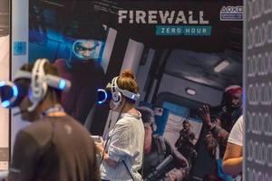 Besucher spielen Firewall Zero Hour auf der Gamescom