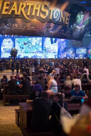 Besucher spielen Hearthstone am Messestand von Blizzard