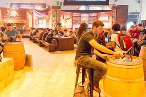 Besucher spielen HearthStone auf iPads - Gamescom 2017, Köln