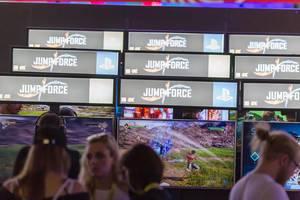 Besucher spielen Jump Force auf der Gamescom
