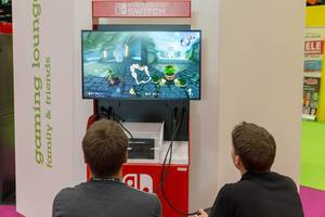 Besucher spielen Mario Kart 8 Deluxe für die Nintendo Switch