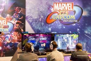 Besucher spielen Marvel vs Capcom Infinite - Gamescom 2017, Köln