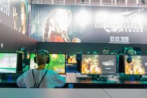 Besucher spielen mit dem Remake von Final Fantasy VII auf der Gamescom Messe in Köln