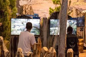 Besucher spielen Monster Hunter World - Gamescom 2017, Köln