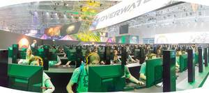 Besucher spielen Overwatch am Messestand von Activision Blizzard - Gamescom 2017, Köln