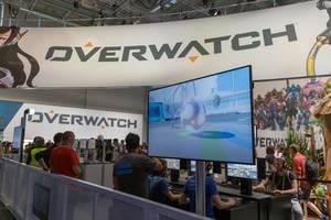 Besucher spielen Overwatch auf der Gamescom 2018