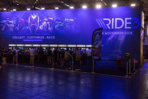 Besucher spielen Ride 3 - Gamescom 2018