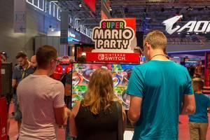 Besucher spielen Super Mario Party auf der Nintendo Switch