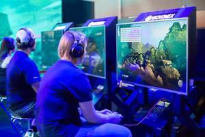 Besucher spielen World of Tanks auf Xbox One X