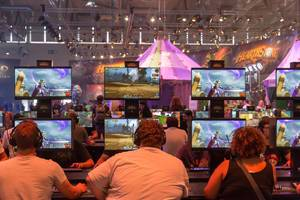 Besucher spielen World of Warcraft: Battle for Azeroth auf der Gamescom