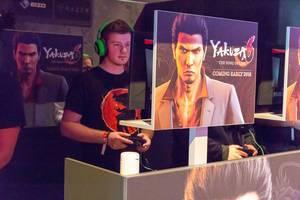 Besucher spielen Yakuza 6 - Gamescom 2017, Köln