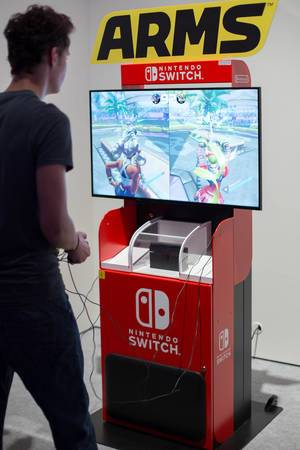 Besucher spielt ARMS auf Nintendo Switch