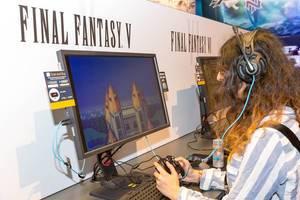 Besucher spielt Final Fantasy V - Gamescom 2017, Köln