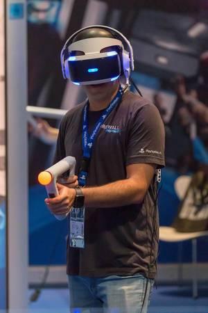 Besucher spielt Firewall Zero Hour mit Playstation VR Headset und Aim Controller