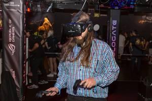 Besucher spielt Hologate mit HTC Vive VR Headset und Controllern
