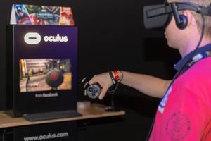 Besucher spielt mit dem Oculus Rift Headset und Oculus Rift Touch Controllern
