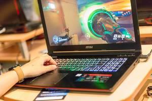 Besucher spielt Overwatch auf einem Gaming-Notebook