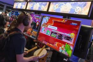 Besucher spielt Taiko Drum Master für die Switch
