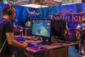 Besucher spielt Torchlight Frontiers auf der Gamescom