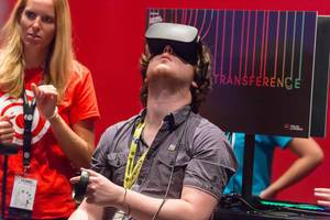 Besucher spielt Transference VR mit Headset und Controller