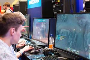 Besucher testen neue PCs und Notebooks für Gamer von Medion