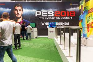 Besucher und PES2018 Plakat im Hintergrund - Gamescom 2017, Köln