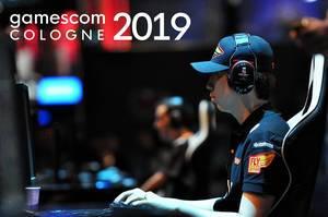 Besucher und Spielenerd beim Zocken auf einem Werbefoto für die Gamescom in Köln 2019