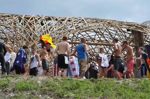 Besucher unter dem Bambus-Dach - Musikfestival Tomorrowland 2014