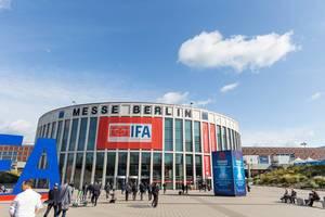Besucher vor dem Eingang der IFA - Messehalle am Messedamm in Berlin - Westend