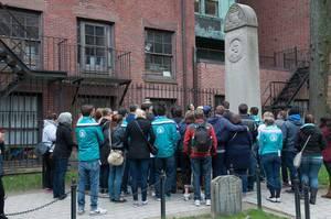 Besucher vor dem Grabstein von John Hancock in Boston, USA