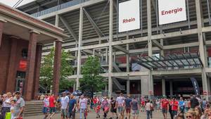 Besucher vor dem Müngersdorfer Stadion des 1. FC Köln