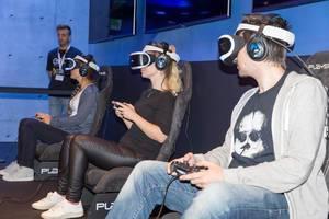 Besucher zocken mit PlayStation VR Headsets - Gamescom 2017, Köln