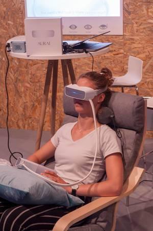 Besucherin mit Aurai Augen-Massage-Gerät