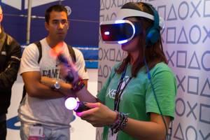 Besucherin probiert das PS4 VR Set aus - Gamescom 2017, Köln