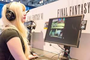 Besucherin spielt Final Fantasy VI - Gamescom 2017, Köln