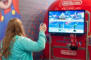 Besucherin spielt Mario Tennis Aces für die Nintendo Switch