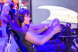 Besucherin spielt Need For Speed Payback - Gamescom 2017, Köln
